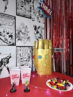 Organiser un anniversaire Marvel - SabrinaBerrich Captain Marvel, Costume Thor, Anniversaire Harry Potter, Lets Celebrate, Diy Organization, Avengers, Organiser, Candles