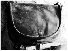 ...fascino misterioso, essenza austera, La Catana, una borsa antichissima, vissuta nella storia culturale e rurale itiana. Prodotta a Tolfa, con l'utilizzo del pregiato cuoio naturale certificato, conciato al vegetale, proveniente dalle colline toscane, nobile materiale che garantisce una durevolezza illimitata nel tempo...