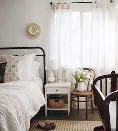 Modern farmhouse style combines the traditional with the new for a peaceful, airy, welcoming feel. Here are some superb farmhouse bedroom photos to inspire you. Fresh Farmhouse, Country Farmhouse Decor, Farmhouse Style, Farmhouse Remodel, Farmhouse Plans, Vintage Farmhouse, Modern Farmhouse, Dream Bedroom, Home Bedroom