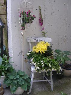 Using Repurposed Junk for Gardening Garden Junk, Easy Garden, Garden Art, Vintage Outdoor Decor, Chair Planter, Large Flower Pots, Hanging Plant Wall, Funky Junk, Diy Planters
