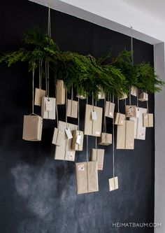 Flea Market - Advent Calendar {DIY- Flohmarkt – Adventskalender {DIY SeasonsDeco in front of the blackboard (Christmas Diy Ideas) - Noel Christmas, Winter Christmas, All Things Christmas, Christmas Crafts, Xmas, Simple Christmas, Christmas Quotes, Christmas Ideas, Minimalist Christmas