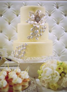We LOVE the color combination  the edible pearls.♥