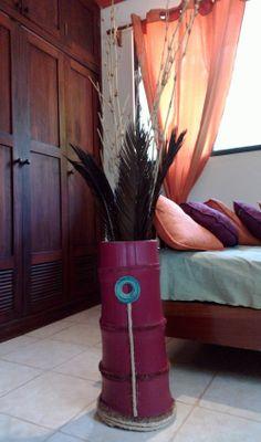 Jarrón hecho de un tronco de bambú, decorado con mecate y pintado en agua. El arreglo puede ser de las mismas ramas finas de bambú sin ningún tratamiento y hojas secas.