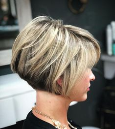 Jaw-Length Stacked Layered Bob Nape-Length Layered Two-Tone Bob We all have parts of our face that we would prefer to conceal or disguise. For those with bigger foreheads, a layered bob with bangs can balance out your features and boost confidence. Graduated Bob Hairstyles, Bob Hairstyles For Fine Hair, Hairstyles Haircuts, Short Graduated Bob, Teenage Hairstyles, Pixie Haircuts, Medium Hairstyles, Trendy Hairstyles, Braided Hairstyles
