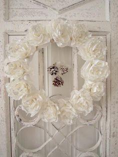 Hjerter og Hvite Liljer: Ny krans...are these handmade fabric flowers?...love the hanging pinecones