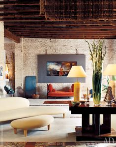 Квартира Давида Льядро В зоне гостиной непринужденно соседствуют кушетка эпохи Людовика XVI (мастер Жан-Батист-Клод Сене, у стены) и диван по дизайну Исаму Ногучи.