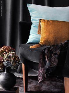 Med djup och lyster i färgerna är sammeten både kung och drottning bland tyger. I höst skapar vi vår egen hemmabiosalong och kryper upp i den mjuka sammetsvarta fåtöljen STOCKHOLM!