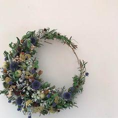 * 三日月wreath  春の森  30㎝ ご注文のリースです。 大切な方への贈り物にして頂けて とても嬉しいです。 * 葉っぱと小花で 実モノを春っぽく 好きな感じになりました。 * * 今日は花材を探してあちこちへ 早速使ったホワイトヤロー? 最高! 苗が欲しい! * * 探していた本命 ミモザ まさかのイオンのお花屋さんで発見 蕾っぽい子だけ お持ち帰り * 立川のケイハヤマプリュスさん用の スワッグに どうしても欲しかった アカシアでも ちょっとだけでも  ありがたい あぁ 今日も良い日 * * #wreath #driedflower  #dryflowers  #dryflower  #driedflowers  #driedflowerwreath  #flower  #リース #ドライフラワー #ドライフラワーリース #三日月リース #ドライフラワーのある暮らし  #花のある暮らし  #花に風