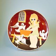Bajkowy talerz z wytwórni Karolina. Talerz ma zadrapania, wynikające przypuszczalnie z używania go jako talerza stołowego i regularnego skrobania widelcem. #vintage #vintagefinds #vintageshop #forsale #design #midcentury #midcenturymodern #polish #karolina #kids