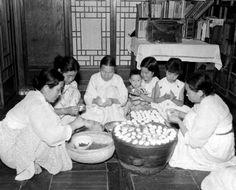 "Women making ""Songpyeon"" for Chusok Festival, 1957 추석(1957)"