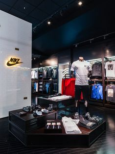 World's largest House of Hoops by Foot Locker opens adjacent to MSG in advance of All-Star week in NYC (PHOTOS) - ProBasketballTalk Shop Interior Design, Retail Design, Fashion Retail Interior, Nike Retail, Football Shop, Huge Houses, Store Layout, Exhibition Booth Design, Men Store