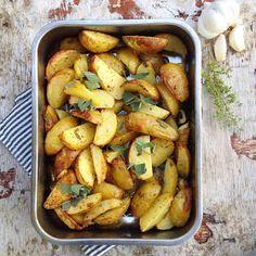 Ok, da. En litt drøy påstand, jeg innrømmer det. Men jeg synes dette er verdens beste ovnsbakte poteter, og ting som kan synes som unødven... Ramen Recipes, Side Recipes, Potato Recipes, Veggie Recipes, Veggie Food, Baked Potato Oven, Oven Baked, Baked Potatoes, Homemade Ramen