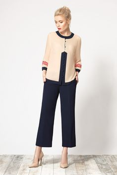 Стильный комплект, состоящий из блузы и укороченных брюк 7/8.