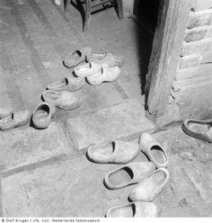 Klompen, Emmen (1949) - Het Geheugen van Nederland - Online beeldbank van Archieven, Musea en Bibliotheken