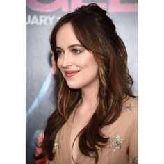 Dakota Johnson Dakota Johnsons hair color isnt exactly 50 shades of brown but more like one shade of chocolate brown. Brown Hair Colours For Pale Skin, Hair Color And Cut, Hair Color For Black Hair, Ombre Hair Color, Hair Color Balayage, Blonde Color, Cool Hair Color, Haircolor, Skin Shades