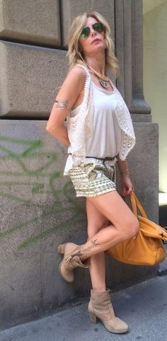 Care fashion girls, la parola d'ordine per vestire questa estate e' lo stile BOHO. Uno stile formato da tessuti vaporosi,accessori oversize e stampe a fiori, ideale per le giornate calde!!! Se vuoi un abbigliamento ancora piu' fresco punta su un paio...
