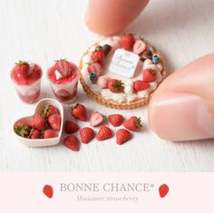 Diy Doll Miniatures, Polymer Clay Miniatures, Miniature Crafts, Miniature Food, Acorn Crafts, Doll Food, Tiny Food, Strawberry Desserts, Mini Things