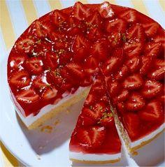 Eine sommerliche Torte mit einer Quark-Creme und frischen Erdbeeren