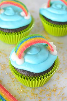 Rainbow Cupcakes With a Hidden Surprise Rainbow Cupcakes With a Hidden Surprise Julia Murphy juliamcmillion kuchen St Patricks Day Cupcakes Celebrate St Patrick s Day with nbsp hellip Cupcakes Arc-en-ciel, Rainbow Cupcakes, Baking Cupcakes, Cupcake Cakes, Green Cupcakes, St Patricks Day Cupcake, St Patricks Day Food, Indian Cake, Cupcakes Decorados