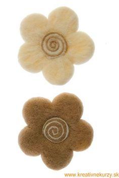 Plstenie s formou. Plstenie je spracovanie nespradenej vlny do rôznych ozdôb a dekorácií ak napríklad ozdoby na stromček. Pri tejto kreatívnej technike využijeme formičky na pečenie medovníkov. Vlnu postupne ukladáme do formičky, ktorú máme položenú na molitanovej podložke, alebo obyčajnej