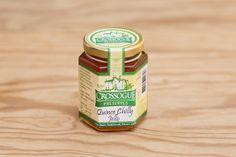 Quince Chilly Jelly von Crossogue Preserves; Quitte, Chili, Zucker, natürliches Pektin, Zitronensaft. Veronica Molloy lebt in Crossogue House, einer Farm, auf der alle Produkte wachsen, die sie in Handarbeit und kleinen Chargen zu den vielfach preisgekrönten Marmeladen, Konfitüren, Jellies, Chutneys und Relishes verarbeitet. Natürlich enthalten diese weder künstliche Farbstoffe, noch Aromen oder Konservierungsstoffe.