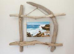 Cadre Coadout - Référence C.014  Cadre photo en bois flotté pour une photo à fixer avec quatre épingles en bois. Cadre à suspendre au mur.  Dimensions du produit (Lxh) : - 14279545