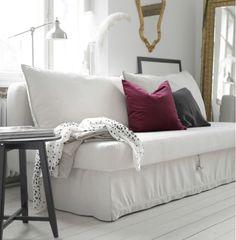 Ein helles Wohnzimmer mit HIMMENE 3er-Bettsofa Lofallet beige, dazu Kissen in Grau und lila.