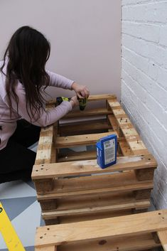How to Build Pallet Seating With Hidden Storage - Kezzabeth Pallet Lounge, Pallet Seating, Diy Pallet Sofa, Wood Pallet Furniture, Diy Pallet Projects, Woodworking Projects, Garden Storage Bench, Storage Bench Seating, Outdoor Storage