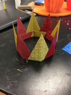 How to Make an Origami Crown - Diy Crafts Ideas Projects Origami Paper, Diy Paper, Oragami, Paper Crafts For Kids, Diy For Kids, Origami Crown, Origami Hat, Handmade Crafts, Diy Crafts