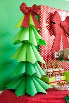 un sapin de Noël fabriqué par des cônes en papier vert avec un ruban rouge