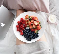 "Polubienia: 674, komentarze: 59 – @neecik na Instagramie: ""Morning bed situation 💫🍓🍓"""