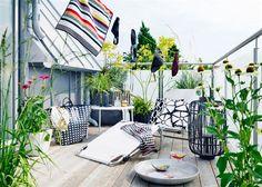 Balkong med grafiska utemöbler