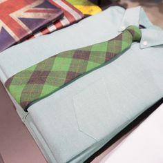 베이직한 디자인의 옥스포드 셔츠와 포인트를 주는 넥타이 @롯데백화점 조군샵