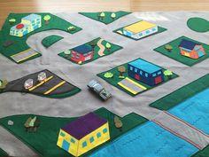 Quer soltar a imaginação com seu filho? Brinque com ele em nossa cidade, passeando pelas ruas com seu carrinho. Fabricada em feltro de altíssima qualidade, nossos prédios em perspectiva 3D vão proporcionar momentos de interação e diversão com a sua criança.    OBS: carrinho não incluso