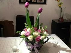 Una hermosa taza de barro con rosas y tulipanes