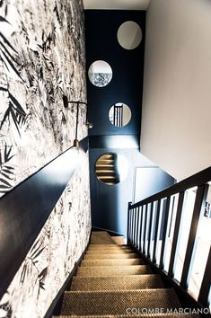 Western Decor 79981 A tropical print wallpaper and an openwork wall bring lots of graphics to the stairs Romantic Home Decor, Romantic Homes, Cheap Beach Decor, Cheap Home Decor, Rustic Staircase, Staircase Diy, Trendy Home, Minimalist Decor, Home Decor Accessories