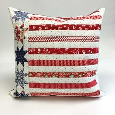 Sewing Pillows Red, white and blue quilted pillow Flag Quilt, Patriotic Quilts, Patriotic Crafts, Quilt Blocks, July Crafts, Quilt Top, Easy Sewing Projects, Sewing Projects For Beginners, Quilting Projects