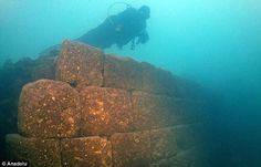 Fotogalerie: Záhadný hrad byl objeven v hlubinách jezera! Archeologové po něm pátrali desítky let