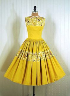 Vintage Yellow Dress - love the contrasting patterns. Looks like seperate panels of fabric. Fashion Moda, 1950s Fashion, Vintage Fashion, Club Fashion, Vintage Couture, Retro Mode, Vintage Mode, Vintage Style, 1950s Style