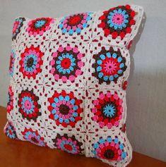 Almofada em crochet feita em linha de ótima qualidade, não acompanha enchimento. R$ 89,00