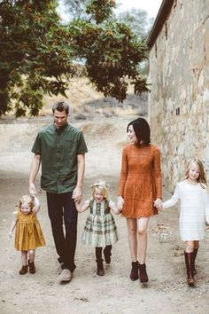 Fall family photos by Bethany Carlson 100 Layer Cakelet Fall Family Picture Outfits, Family Portrait Outfits, Fall Family Pictures, Family Posing, Casual Family Photos, Family Picture Colors, Fall Family Portraits, Fall Photos, Large Family Pictures What To Wear