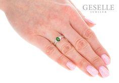 Niepowtarzalny pierścionek w stylu retro z owalnym, zielonym diopsydem i sześcioma brylantami 0,09 ct - GRAWER W PREZENCIE