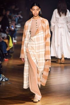 Beautiful People Fall 2019 Ready-to-Wear Fashion Show - Vogue Vogue Paris, Style Androgyne, Queen Fashion, Ladies Fashion, Cool Outfits, Fashion Outfits, Androgynous Fashion, Famous Models, Vogue Russia