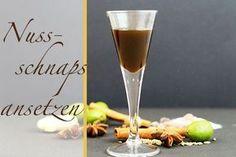 Nussschnaps ansetzen - mit grünen Nüssen, ausgewählten Gewürzen und Schnaps entsteht ein verdauungsförderndes Hausmittel mit einem aromatischen Geschmack.