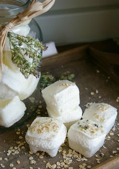 All natural homemade bath bombs for relaxation. Perfect to give as gifts, or to keep and pamper yourself! Diy Savon, Homemade Bath Bombs, Bath Fizzies, Homemade Cosmetics, The Body Shop, Health And Beauty, Lavender, Dyi, Food