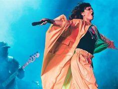 La cantante Rihanna cumplió anoche con su papel de gran estrella en la sexta jornada del Rock In Rio y ofreció a los miles de cariocas que asistieron a su concierto un espectáculo llenó de energía, pero en el que también hubo espacio para algunos momentos de intimidad. La salida de la cantante de […]