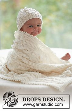 "Cables and Cuddles / DROPS Baby 17-28 - DROPS palmikkopipo ja palmikkopeitto ""Merino Extra Fine"" -langasta."