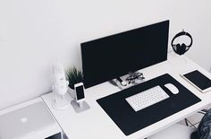 Setup by: @nuriellly #minimalsetups #workspace #minimal