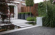 tuinontwerp-met-eigentijdse-materialen-polyester-plantenbakken-strakke-plantenbakken-met-buxus-tuinontwerp-designtuin-bijzonder-schuttingen-...