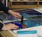 De prachtige glas-in-lood techniek werd gebruikt voor het vervaardigen van (kerk)ramen maar ook voor raamhangers in huizen. Nu kun je in 8 lessen kennismaken met de basisprincipes van dit ambacht en ontwikkel je (nog meer)creativiteit. Je maakt een raamhanger waarbij verschillende technieken aan bod komen: glas snijden, verloden, solderen, kitten en patineren.